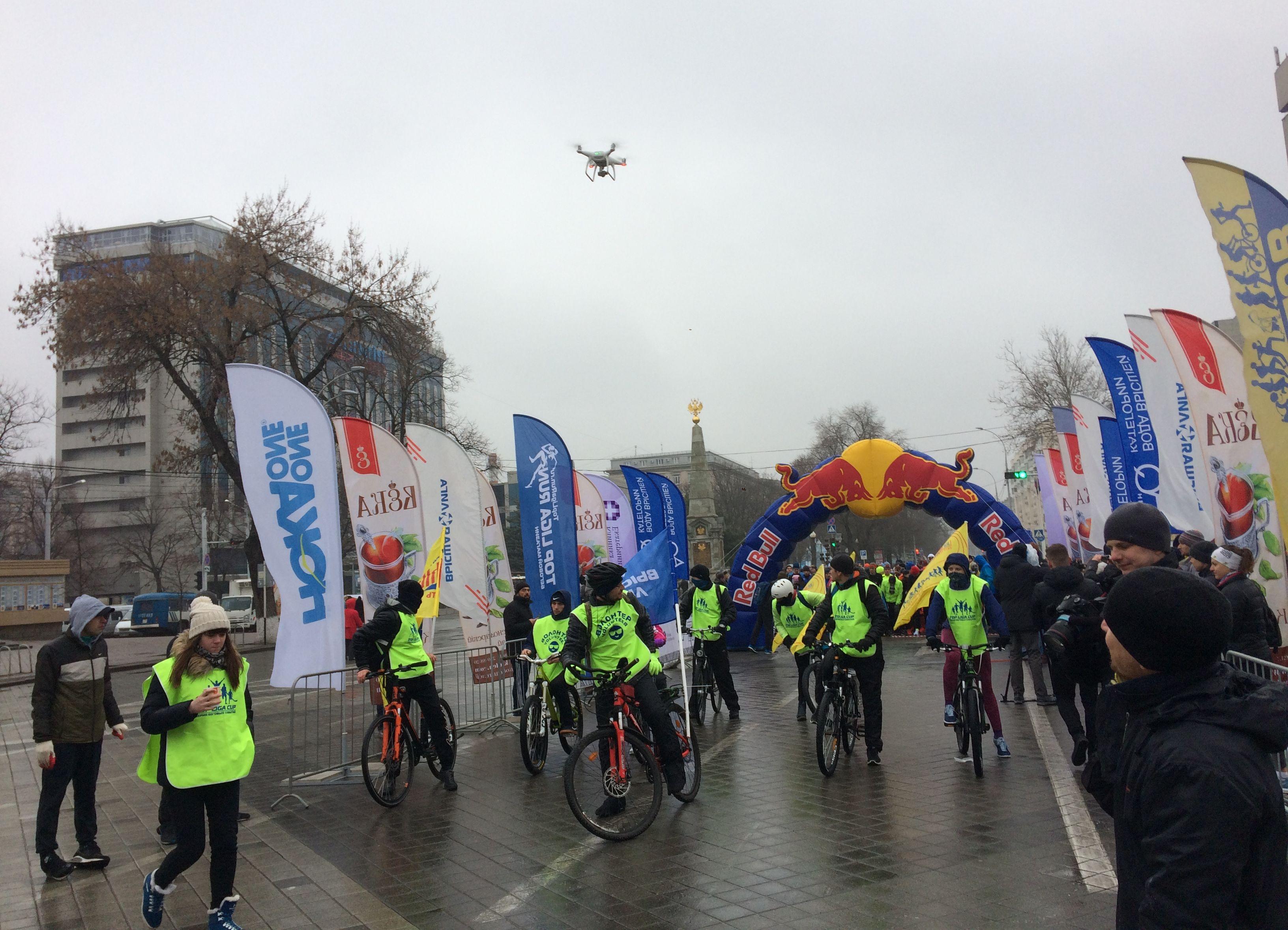IMG_0044 велосипедисты с флагами